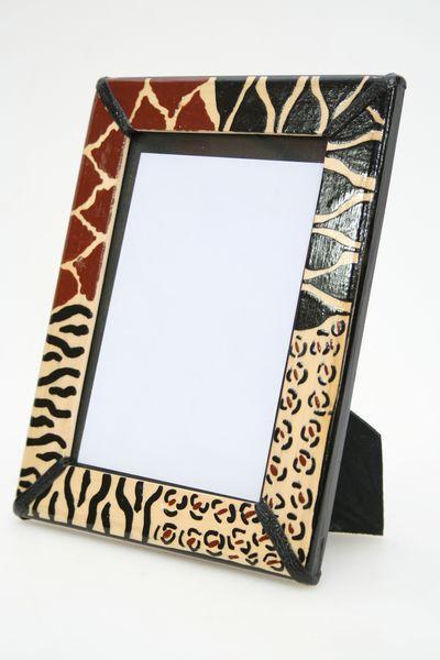 Artesania de Africa. Adornos africanos marco para fotos. madera decorada